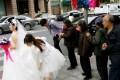 阁主牛评:新人结婚很闹心, 被迫给陌生老人发红包